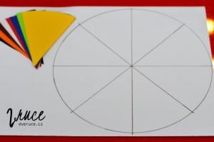 5. Na vybraný podklad znovu obkreslete ten stejný kulatý předmět. Za pomoci dříve vystřižené poloviny kruhu vyznačte střed a na kružnici místa ohybů. Body spojte silnější čarou pomocí pravítka.