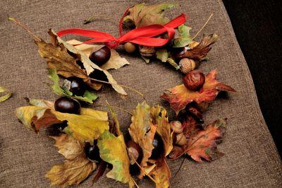 podzimní věneček z kaštanů